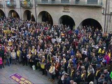La Plaza del Vi de Girona se tiñe de amarillo para pedir la libertad de Puigdemont y el resto de políticos encarcelados