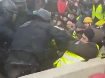 Los Mossos d'Esquadra desalojan por la fuerza en Figueres a los manifestantes que cortan la AP-7