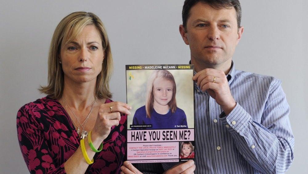 Kate McCann y su marido, Gerry McCann, sujetando un cartel con una fotografía de su hija