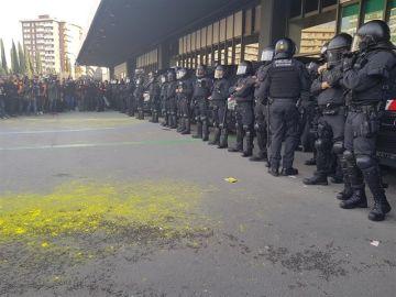 Cordón policial de los Mossos d'Esquadra frente a la Estación de Sants