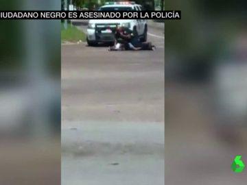 Un agente atiende al hombre al que acababa de disparar