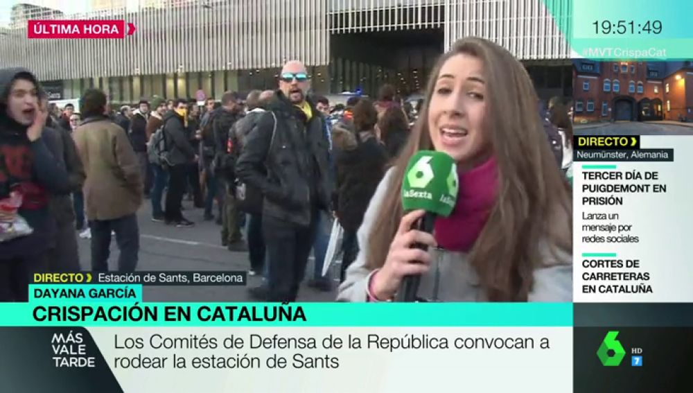 0400805ac Manifestantes en Barcelona increpan en directo a la periodista de laSexta  Dayana García a gritos de