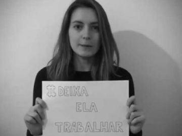 Periodista brasileña con el lema de la campaña