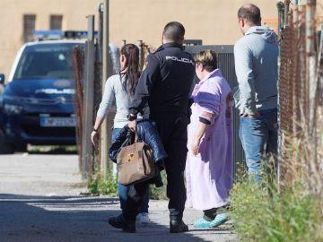 Agentes de la Policía Nacional acompañan a la pareja, y a la madre de esta