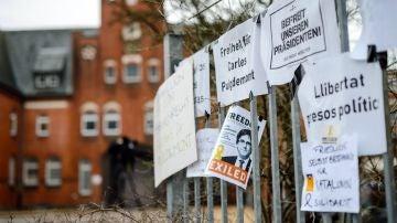 Varios carteles de apoyo colocados en una valla a las puertas de la prisión de Neumünster