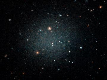 Imagen tomada por el telescopio Hubble de la galaxia NGC1052-DF2