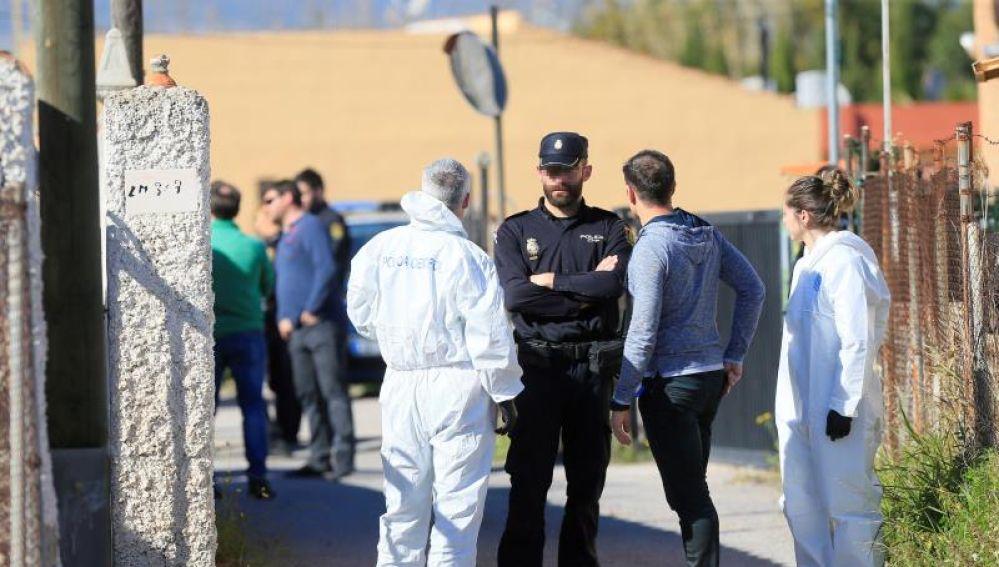 Agentes de la Policía Nacional ante la vivienda en la que se produjo el asesinato