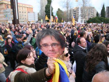 Un momento de la manifestación ante la subdelegación del Gobierno en Tarragona para protestar por la detención del expresidente catalán Carles Puigdemont.