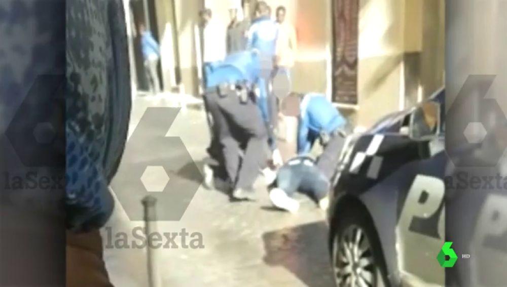 Agentes de Policía intentan reanimar al mantero fallecido en Lavapiés