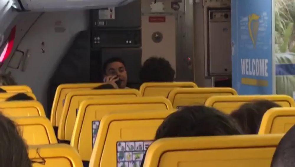 """La desternillante foma de un azafato de Ryanair de vender """"deliciosas cervecitas"""" a los pasajeros de un vuelo Fuerteventura-Madrid"""
