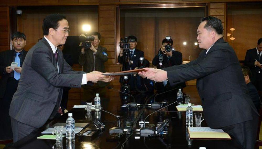 El ministro de Unificación surcoreano, Cho Myoung-gyon (izq), y el jefe de la Agencia Norcoreana para Asuntos con el Sur, Ri Son-gwon