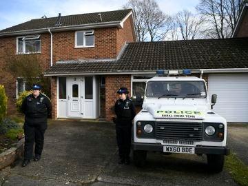 Dos policías vigilando la que se cree fue la casa del retirado espía ruso Sergei Skripal