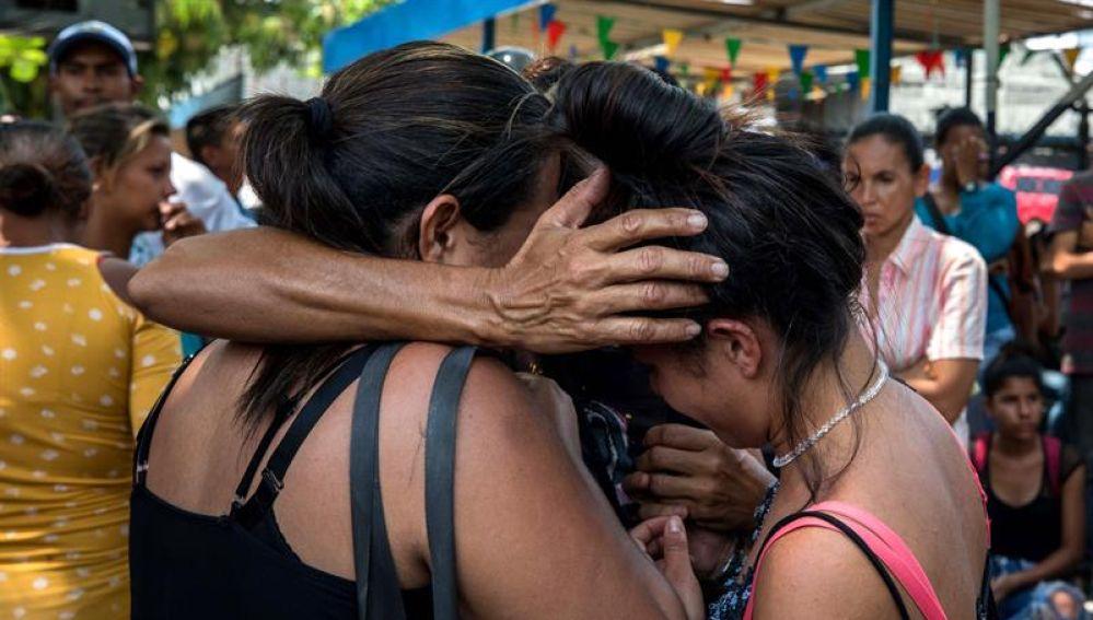 Familiares de presos fueron registrados este miércoles al llorar en las inmediaciones del centro