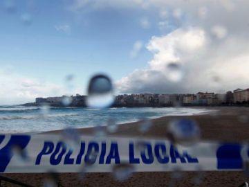 Vista de la playa del Orzán en A Coruña cerrada por la Policía Local a causa del mal tiempo