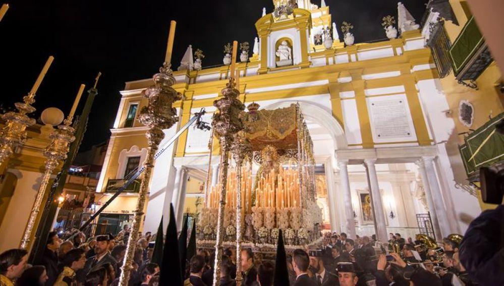 La Virgen de La Macarena sale de su templo en la Madrugá