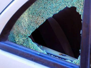 Cristal de la puerta trasera de un vehículo rota