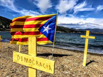 Cruces en apoyo a los políticos catalanes encarcelados y por la independencia