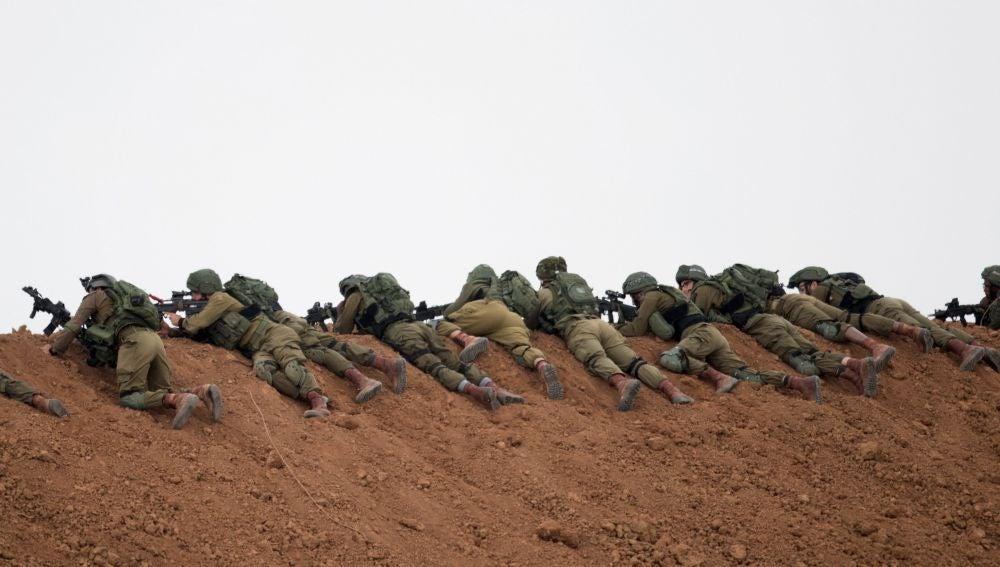 Soldados israelíes vigilan cerca de Nir Am en la frontera con Gaza