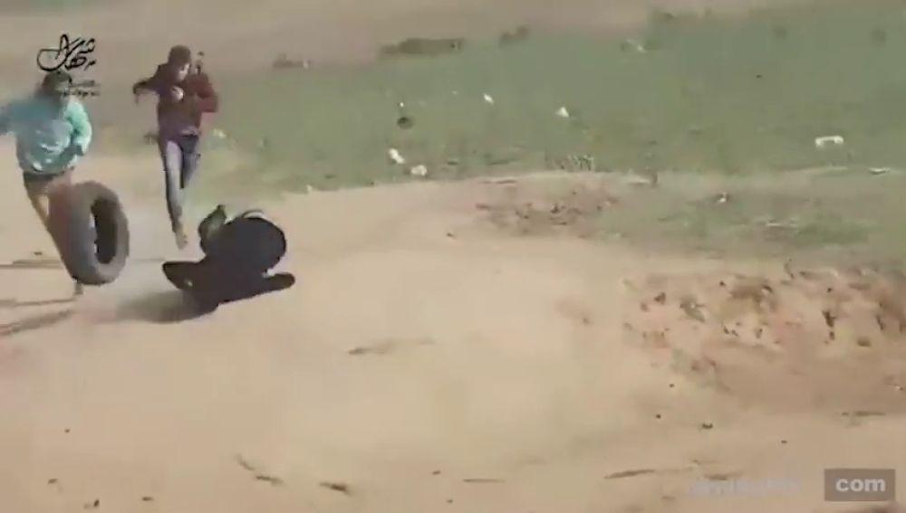 Un vídeo muestra cómo disparn por la espalda a un joven palestino en las protestas de Gaza