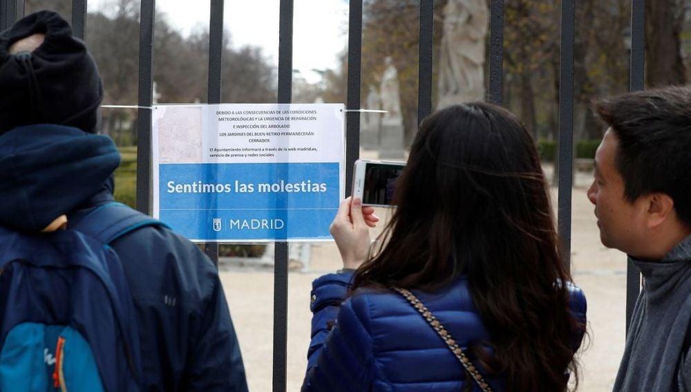 Imagen del parque de El Retiro cerrado