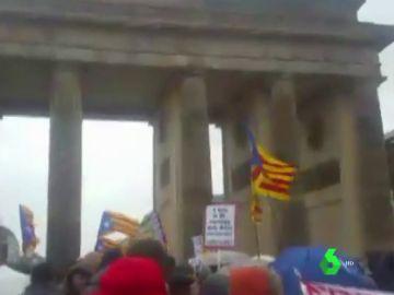 Manifestación en defensa de Puigdemont en la puerta de Brandeburgo