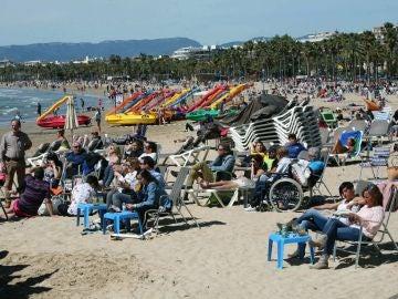 La playa de Salou repleta de gente tomando el sol