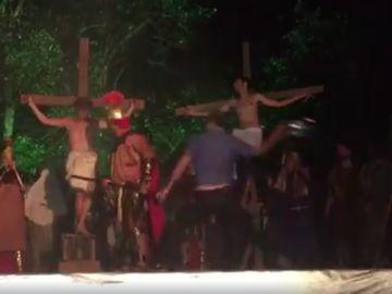 Agresión en una obra de teatro de la Pasión de Cristo