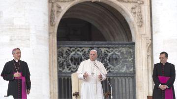 El papa Francisco en la Plaza de San Pedro en el Vaticano