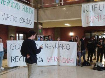 Estudiantes de la UCM se manifiestan contra González-Trevijano