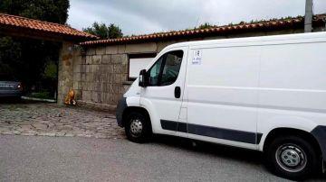 Vehículo en el que Manuel Charlín llegaba del hospital a la vivienda familiar
