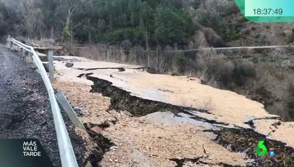 La protesta de los vecinos de Vilamartín de Valdeorras: la carretera de acceso al pueblo se cae a trozos