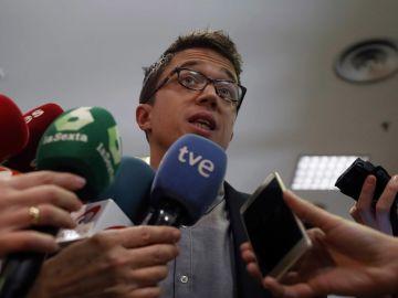 Íñigo Errejón habla con los medios