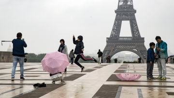 Dos turistas nipones se toman fotos delante de la torre Eiffel en Trocadero. (Archivo)