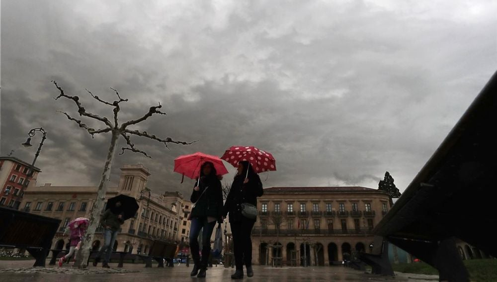 Dos personas en la Plaza del Castillo de Pamplona