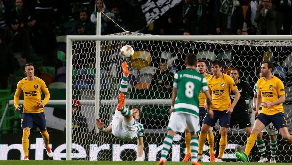 Oblak y la defensa del Atlético defienden una acción ante el Sporting