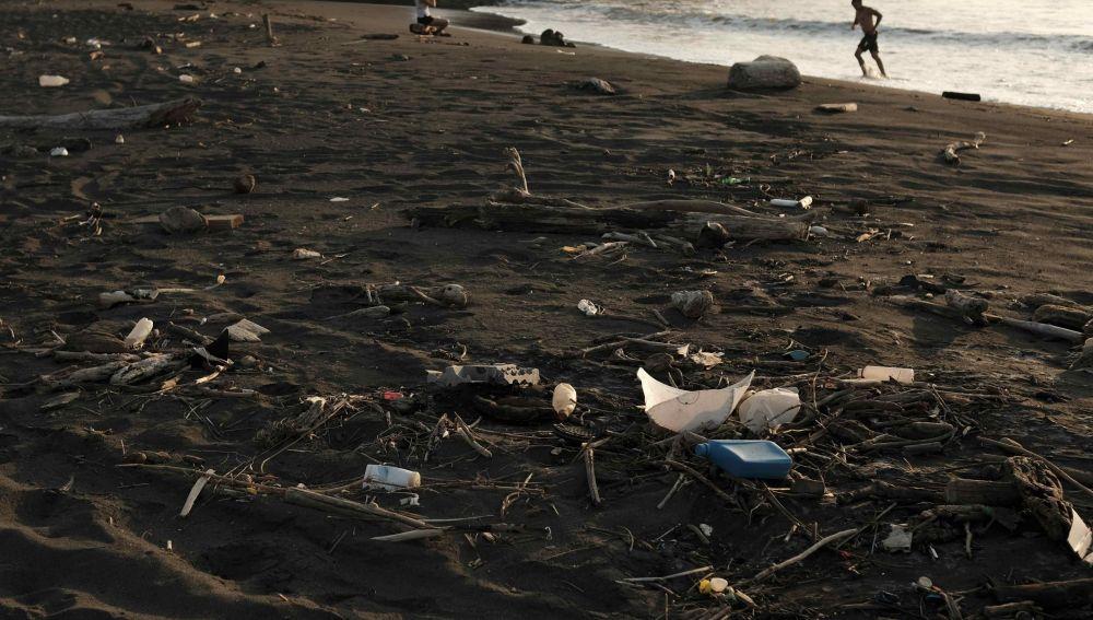 Vista de una playa contaminada por plásticos. (Archivo)