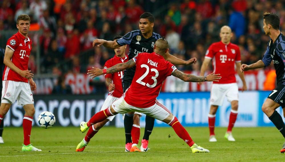 Casemiro conduce el balón en el Bayern - Real Madrid