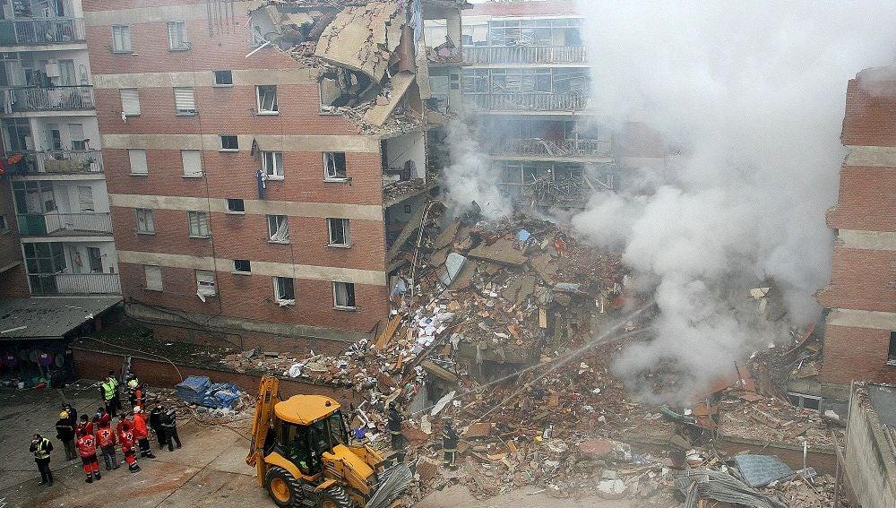 Efectivos de los servicios de emergencia junto al edificio afectado por la explosión en Palencia