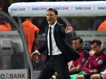 Niko Kovac da indicaciones durante un partido