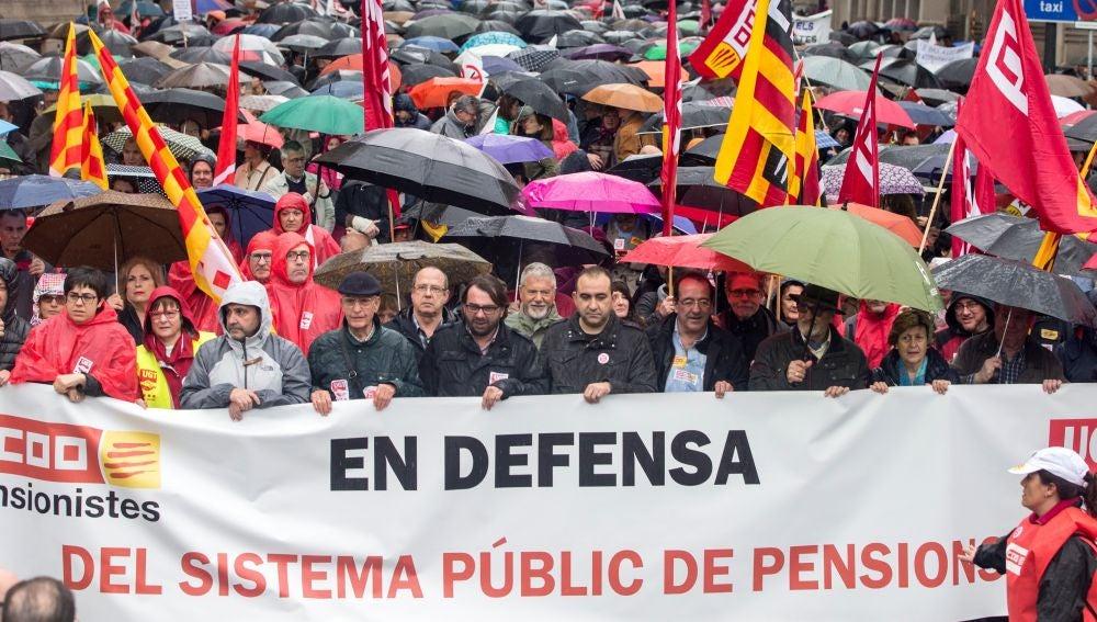 Manifestantes en Barcelona defienden las pensiones dignas