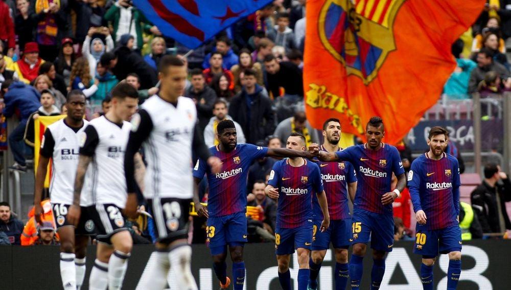 Los jugadores del Barcelona celebran un gol ante el Valencia