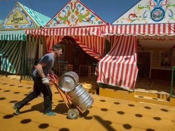 Un joven trabaja en los preparativos de la celebración de la Feria de Abril