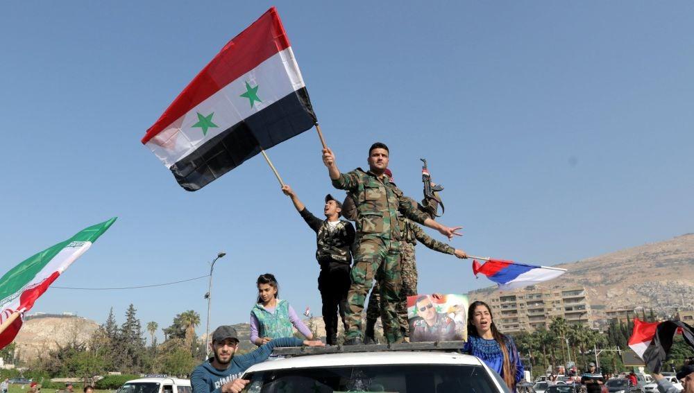 Varias personas defienden a Bashar al Assad en Siria
