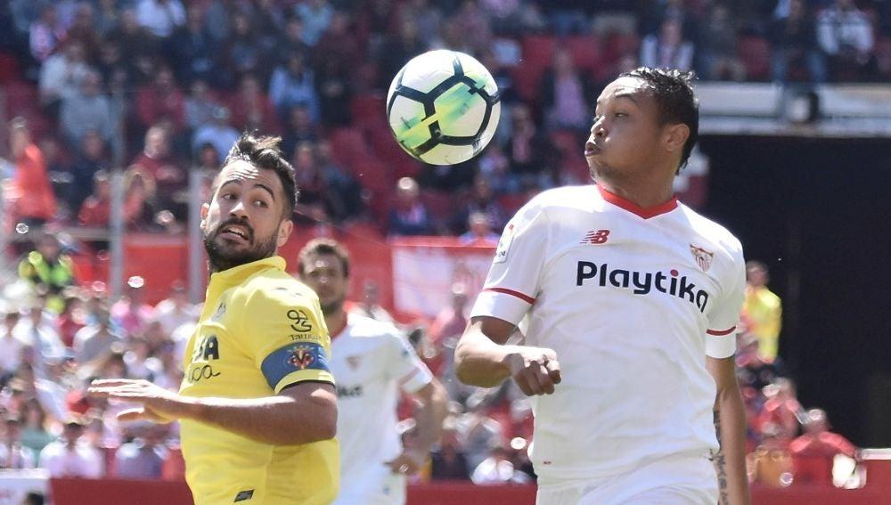 Muriel se lleva un balón ante Mario Gaspar