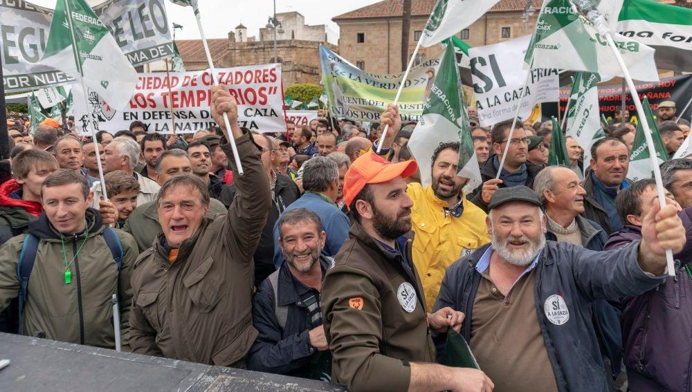 Miles de personas participan en una concentración organizada por la Federación Extremeña de Caza