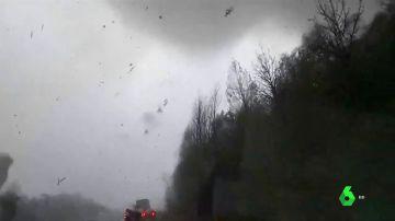 Un conductor graba desde su coche un tornado en el sur de EEUU