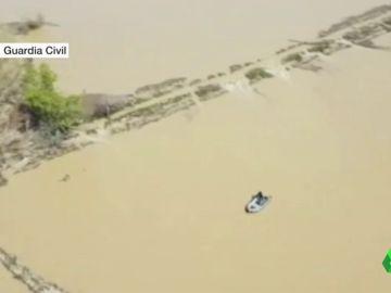 Un dron de la Guardia Civil graba cómo rescatan a una persona atrapada en su finca por la crecida del Ebro