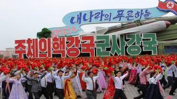 Desfile en Corea del Norte por el aniversario del nacimiento de su fundador