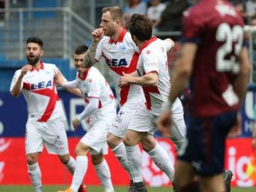 Guidetti celebra un gol con el Alavés