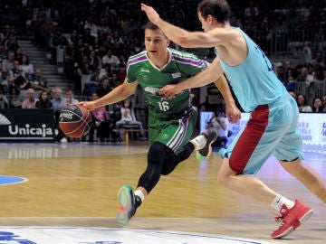 Nemanja Nedovic intenta superar a Petteri Koponen